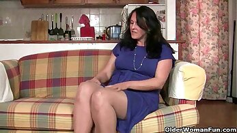 British granny Lana gets her pussy filled by Phillips dong